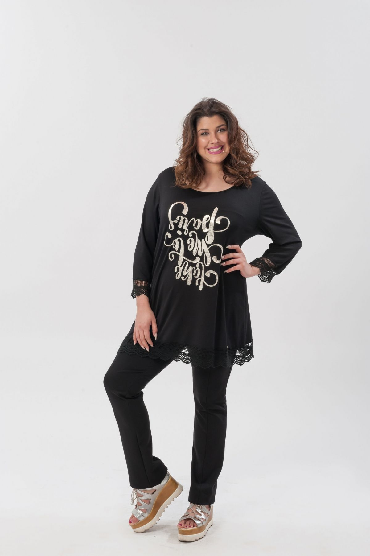 829419ad358d ΜΠΛΟΥΖΑ ΜΕ ΣΤΑΜΠΑ ΚΑΙ ΔΑΝΤΕΛΑ ΣΤΟ ΤΕΛΕΙΩΜΑ - Real Lady - Shop Online
